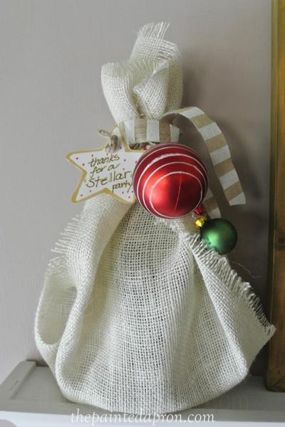 christmas-burlap-wine-wrap-thepaintedapron-com